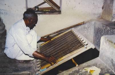 Chez Salim, importante manufacture familiale, la forme traditionnelle fut abandonnée au profit d'un simple écran de nylon tendu sur un cadre de bois manipulé par deux hommes.